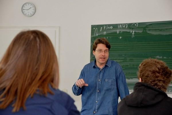 Volker Giesek als Harmonielehre-Dozent